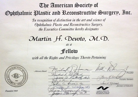 Fellow de la American Society of Ophthalmic Plastic and Reconstructive Surgery
